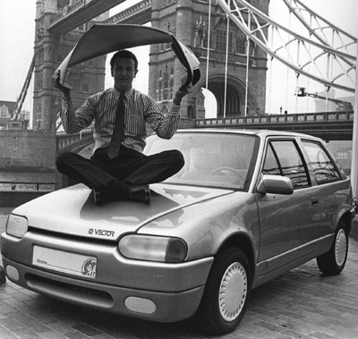 Right Project Manager Richard Mckechnie Promoting The Ge Vector By London S Tower Bridge In 1988 1998 Press Ociation